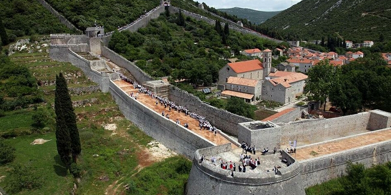 Ston is a rich treasure trove of cultural - historical monuments, many of which are zero-and first-class. Walls from the 1333. year, length of 5.5 kilometers, are the longest fortress complex in Europe and second in the world, right after the Great Wall of China.